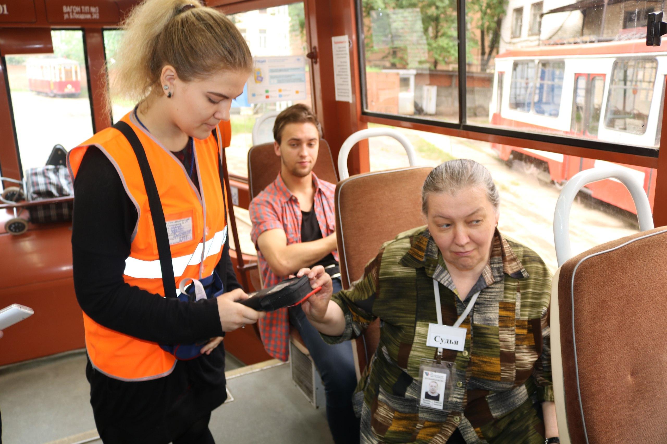 <p>Говорят, кондукторы узнают городские новости первыми. Сотни людей ежедневно обеспечивают движение вагонов на одиннадцати городских маршрутах</p>